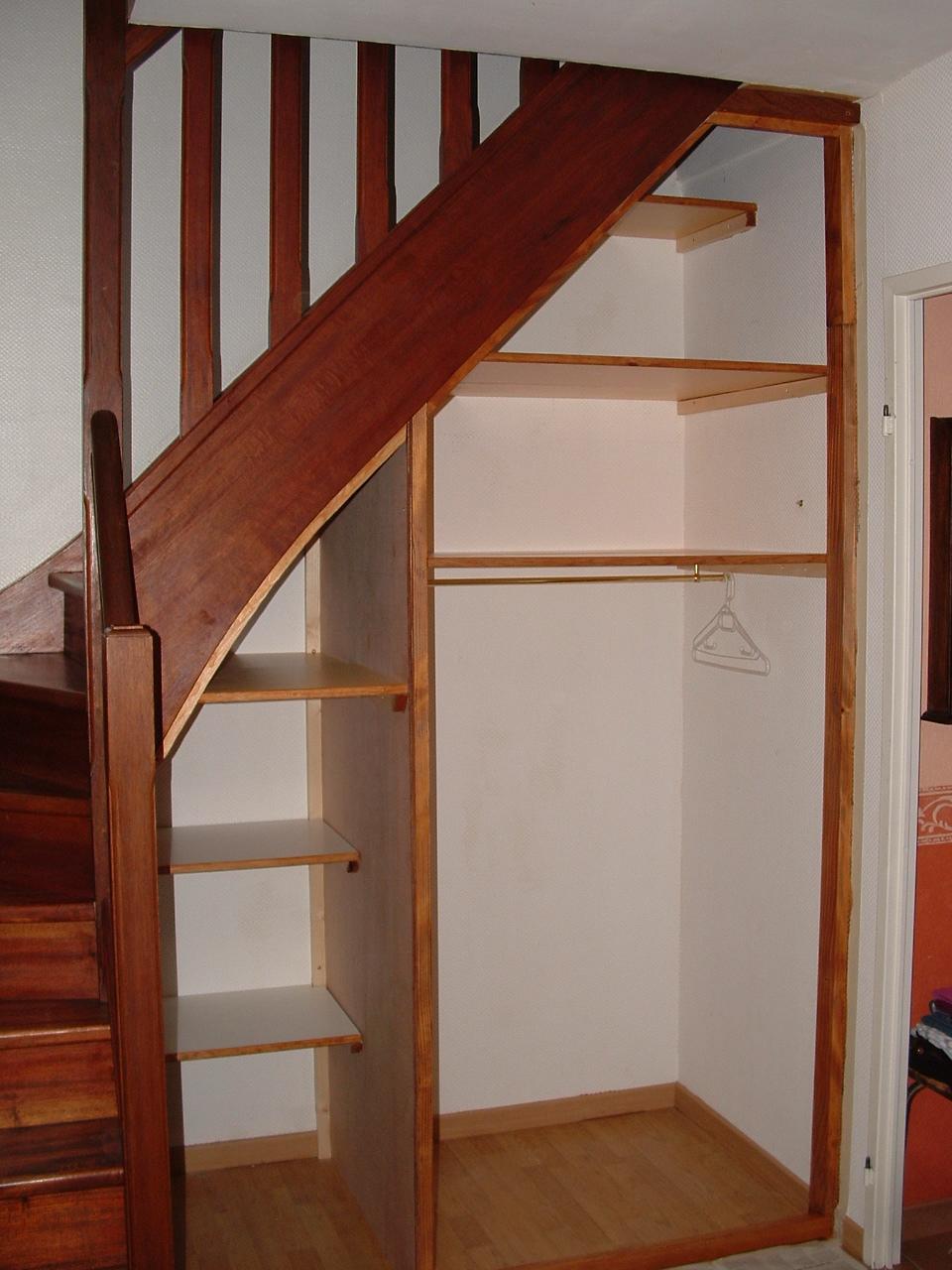 Réaliser l'amenagement placard sous escalier